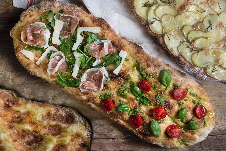 Pizza in pala alla romana con farcitura gourmet del Panificio Alinovi.